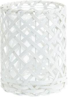 <p>Dieses dekorative Windlicht aus Rattan in Weiß ist ein stilvoller Blickfang und schafft eine stimmungsvolle Atmosphäre in Ihrem Zuhause. Das geflochtene Windlicht mit einem Durchmesser von ca. 14,5 cm und einer Höhe von ca. 19 cm verfügt über einen Einsatz aus Glas und bietet Platz für 1 Stumpenkerze. </p><p>Ein attraktives Wohnaccessoire für Ihr Heim. </p>