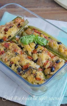 peperoni verdi ripieni a barchetta ripieni di olive pomodorini e mozzarella ricetta secondo gustoso estivo
