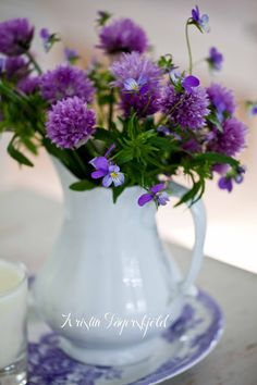 triss i lila: gräslöksblommor, styvmorsvioler (ätbar) och lila Asiatic Pheasants-fat