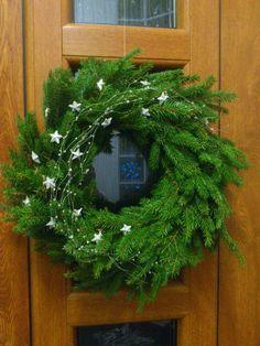 Vánoční věnec na dveře Christmas Candle Decorations, Christmas Tree Design, Christmas Mason Jars, Christmas Flowers, Christmas Makes, Country Christmas, Xmas Tree, Christmas Time, Holiday Decor
