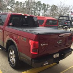 UnderCover Flex bed cover on this 2016 two-tone F150... Love this combo: color and everything