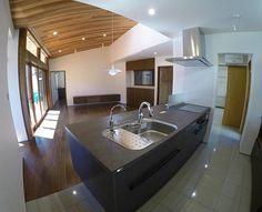 外の軒天からリビングの天井にかけて米杉を張りつながって見えるようにしました。 . キッチンからパントリー、水まわりの床はタイル張り . 家具、棚、格子などもすべて手作りです。 . #新築#平家#内観#リビング#ダイニング#キッチン#パントリー#米杉#レッドシダー#タイル#床暖 #architect#living#dining#kitchen#デザイン#家具#設計#大工#注文住宅#小山建築