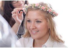 DIY-Hochzeit   Dein Hochzeitsblog   Der Hochzeitsblog für moderne und kreative Hochzeiten Up Hairstyles, Wedding Flowers, Wreaths, Flower Crowns, Rose, Wedding Ideas, Weddings, Dresses, Fashion