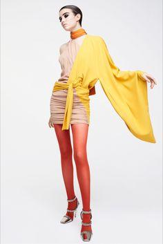 Tom Ford Fall 2017 Ready-to-Wear Collection Photos - Vogue - Women's Fashion - Appealing apparel Pantyhose Fashion, Fashion Tights, Kimono Fashion, Catwalk Collection, Fashion Show Collection, Tom Ford, Fashion 2017, Fashion News, Runway Fashion