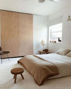 Find helpful minimalist interior design ideas to spruce up your home and make it a clean and tidy place with simple and clear furniture, fittings, curtains, lighting, floor coverings and other decorative items in natural shades. Bedroom Minimalist, Minimalist Interior, Minimalist Decor, Minimalist Apartment, Minimalist Lifestyle, Home Bedroom, Modern Bedroom, Bedroom Decor, Bedroom Ideas