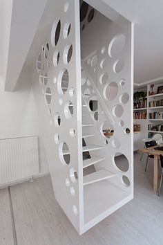 Inspiration de garde-corps intérieur.  Emmental Stairs Apartment / Éva Katona, Péter Szigeti & Biljana Jovanović