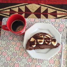 Panqueca de chocolate Fit 1 ovo 1 colher de sopa de cacau 100% 1 colher de sopa de aveia Mistura tudo com misturador e adiciona 10 gotas de sucralose  Coloca na frigideira e assa 2 minutos de cada lado. Fatiar uma banana e colocar no meio e em cima da panqueca. Usei calda de chocolate zero para dar uma incrementada!!