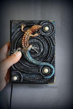 Lizard journal cover by on Etsy Fimo Clay, Polymer Clay Projects, Polymer Clay Creations, Polymer Clay Crafts, Polymer Journal, Magic Book, Paperclay, Handmade Books, Journal Covers