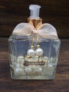 Os produtos Spumateria são 100% artesanal, confeccionados com exclusividade, carinho e dedicação! Utilizamos matéria prima de 1ª qualidade e hipoalergênica, tudo para preservar as propriedades, lhe proporcionar um banho delicioso, hidratante, lúdico e ainda por cima cuidar bem da pele. <br>SABONETE LÍQUIDO COM PÉROLAS <br>Um verdadeiro luxo para o lavabo, além é claro de perfumar e hidratar as mãos. <br>Enriquecido com óleo de Amêndoas e um toque extremamente acetinado de óleo de silicone… Bottle Art, Bottle Crafts, Room Diffuser, Bath Melts, Rose Soap, Diy Artwork, Altered Bottles, Soap Packaging, Home Made Soap