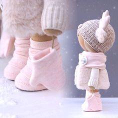 Автоматический альтернативный текст отсутствует. Crochet Doll Clothes, Knitted Dolls, Crochet Toys Patterns, Stuffed Toys Patterns, Pretty Dolls, Beautiful Dolls, Doll Toys, Baby Dolls, Pink Doll