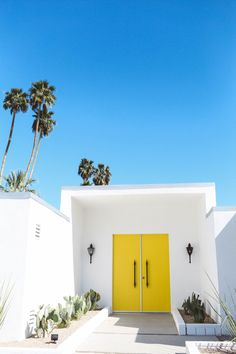 My ultimate Palm Springs travel guide & the top things to do in Palm Springs! My favorite IG worthy hotels, cute restaurants + where to find the Pink Door! Palm Springs Häuser, Palm Springs Style, Palm Springs California, Palm Springs Restaurants, Southern California, Plan Restaurant, Garage Door Springs, Yellow Doors, Spring Door