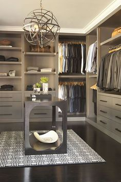 Beau dressing dans les tons gris #mode #rangement #dressing #dressingroom #houses #grey #menfashion #interiors