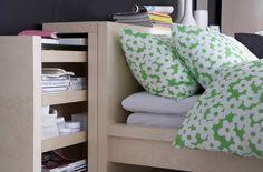 tête de lit avec rangement intégré par Ikea, tiroir coulissant et literie à motifs floraux