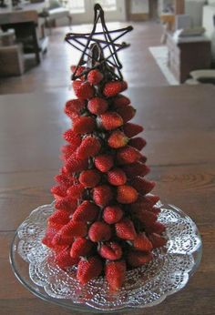 Tasty strawberry and chocolate Christmas tree. Have a blast with your sweet Christmas treats with this mountain of strawberries arranged as a Christmas tree on a chocolate cone. Tabletop Christmas Tree, Noel Christmas, Christmas Goodies, Christmas Desserts, Xmas Tree, Christmas Treats, Christmas Baking, Holiday Treats, Christmas Decorations
