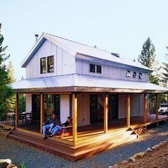 Esta envoltura de ocho pies alrededor del porche proporciona un lugar para estar en el verano y protege contra la nieve en el invierno.