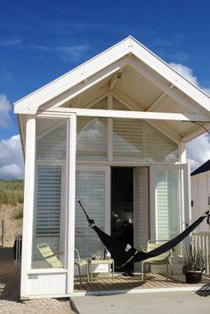 Every beach house needs a hammock :) Beach Cabana, Baby Beach, Ocean Front Homes, Prefab Cabins, Rotterdam, Camping Glamping, Leiden, Beach Cottages, Little Houses