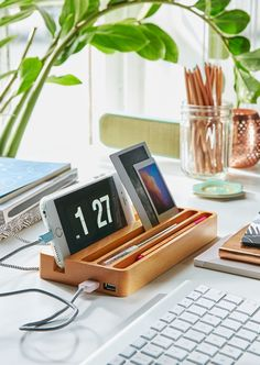You can make any a desk organizer at home by yourself. It is interesting, creative and cheaper. In that occasion Top dreamer has for you 30 creative and useful diy desk organizers. Desk Organization Diy, Diy Organizer, Desk Storage, Wooden Organizer, Storage Ideas, Android Ou Iphone, Rangement Art, Unique Desks, Cute Desk