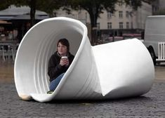 A giant discarded coffee cup has mysteriously appeared in the Promenade area of Cannon's Road in Bristol, crumpled and misshapen as if already used by its previous owner after they enjoyed a larger than life morning drink. The life-like sculpture was spec Sculpture Art, Sculptures, Art Public, Louise Bourgeois, Foto Art, Parcs, Outdoor Art, Art Plastique, Urban Art