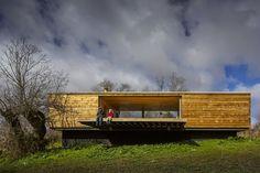 Этот загородный дом из дерева площадью 150 кв.м находится около города Berrocal на живописных лугах Испании. Дом полностью из дерева и снаружи, и внутри, является частью ландшафта и его продолжением.