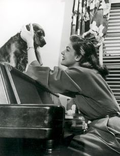 Lauren Bacall with a cocker spaniel. classy lady with excellent taste in dogs! Old Hollywood Stars, Golden Age Of Hollywood, Vintage Hollywood, Classic Hollywood, Hollywood Icons, Hollywood Glamour, Hollywood Actresses, Lauren Bacall, Humphrey Bogart