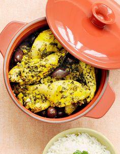 Recette Poulet citron confit et olives en cocotte : Demandez à votre volailler de couper le poulet en huit morceaux et mettez-le dans une cocotte avec les deux...