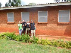 """Een klein jaar na de """"meetreis"""" gaan Eric en Silvia van Luxaflex® opnieuw op naar Malawi. Nu om horren in ziekenhuizen te monteren met als doel om malaria tegen te gaan. Dit keer reizen ze samen met Jacqueline van Cordaid Memisa, klant én technisch specialist Jeroen namens Beku Krommenie en Leontine (de hoofdredacteur van Margriet) die in juni een verslag zal publiceren van de reis. - Missie geslaagd! Wat ontzettend fijn dat dit ziekenhuis in Malingunde volledig in de horren is gestoken."""