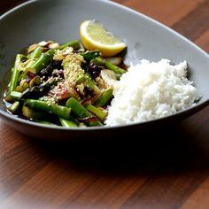 Asiatische Spargelpfanne (vegan) Knackiger, grüner Spargel in einer süß-herb-säuerlichen Soße.