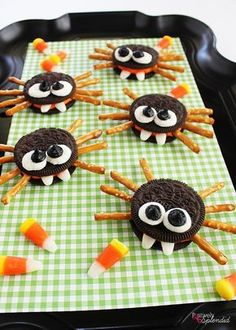 Adorable Oreo cookie spiders are a perfect Halloween food craft to make with kids! MichaelsMakers Positively Splendid Adorable Oreo cookie spiders are a perfect Halloween food craft to make with kids! Halloween Desserts, Halloween Cupcakes, Buffet Halloween, Comida De Halloween Ideas, Halloween Food Crafts, Postres Halloween, Halloween Oreos, Hallowen Food, Halloween Treats For Kids