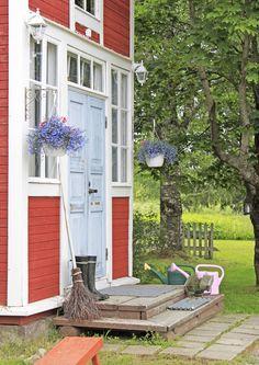 Kukat, lyhdyt, hauskat asetelmat ja kaunis ovi tekevät sisäänkäynnistä kutsuvan. Katso Unelmien Talo&Kodin ihanat kuvat!
