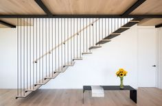 Hamptons home by Bates Masi features cantilevering upper floor