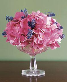 Arreglo floral con jacintos y hortensias #ideas #decoracion #flores #decorarconflores