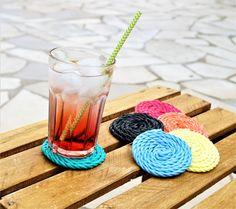 DIY spécial apéro de l'été : réaliser des dessous de verre colorés I Cord, Coasters, Jeanne, Couture, Animation, Decoration, Coloured Glass, Glue Sticks, Diy Crafts