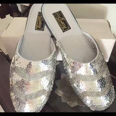 Silver slippers/ zapatillas gris lentejuela Lindas zapatillas nuevas en caja! Con lentejuela en perfecto estado en caja!! Easy Shoes Slippers