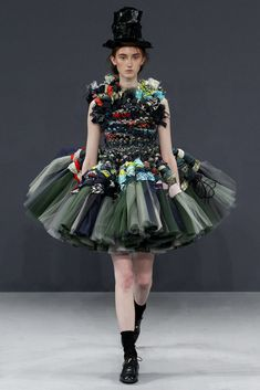 A model walks the runway at the Viktor & Rolf Autumn Winter 2016 fashion show during Paris Haute Couture Fashion Week on July 2016 in Paris, France. Fashion Moda, Love Fashion, Runway Fashion, Fashion Art, High Fashion, Fashion Show, Fashion Design, Fashion Trends, Fashion News
