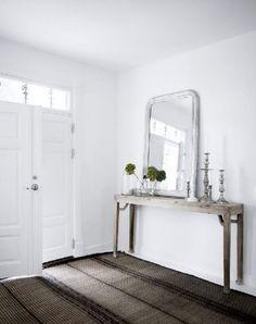 De hal; de houten sidetable en de spiegel maken hier een hele landelijke ruimte van. Bij www.old-basics.nl vindt je tafels, sidetables en accessoires in deze stijl!
