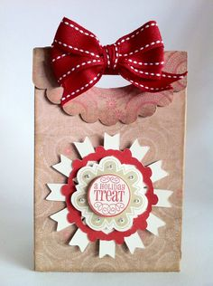 Create a Holiday treat bag with your Cricut for all those baked goods made with the Artiste cartridge! By Everyday Cricut