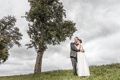 Es muss nicht immer die Luxuslocation sein, um tolle Hochzeitsfotos zu machen. Es genügt ein Baum, ein Feld, eine Wiese.  #Hochzeit #wedding #Hochzeitsfoto #weddingpicture #Hochzeitsfotograf Alpha 7, Rainy Weather, White Dress, Wedding Photography, Bridal, Couple Photos, Couples, Wedding Dresses, Fashion