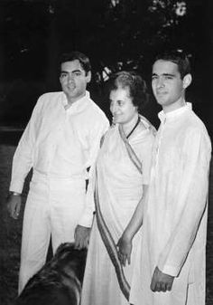 This picture taken 21 March 1977 shows Late Indian prime Minister Indira Gandhi with her two sons Rajiv (L) and Sanjay in New Delhi. Rare Pictures, Historical Pictures, Rare Photos, Vintage Pictures, Bollywood Posters, Bollywood Photos, Family Portraits, Family Photos, Indira Ghandi