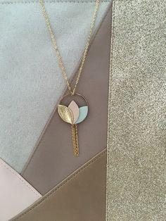 Collier chaîne dorée, pétales de fleur en cuir, couleur dorée, vert et rose poudré pastel : Broche par sweethingsandco