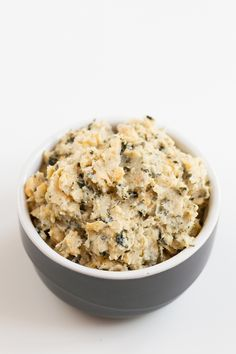 You only need 5 ingredients and 10 minutes to make this vegan tuna. It has a fishy flavor thanks to nori flakes, is super healthy and also low in fat. Vegan Tuna Recipe, Nori Recipe, Vegan Lunch Recipes, Vegan Lunches, Raw Food Recipes, Cooking Recipes, Healthy Recipes, Tuna Recipes, Healthy Nutrition