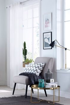 Vakker og stilfull bordlampe i trendy materialmix. Fot av marmor, leddet stang av messingfarget metall (lengde 60 cm) og skjerm av metall med hvit innside. Høyde 50 cm. Fot Ø 20 cm. Tekstilledning med strømbryter, lengde 2,3 m. Stor sokkel E27. Maks 40W. Veggkontakt.<br><br> <br><br>