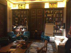 La sala que acogerá la presentación del GPPiM. Noble, biblioteca y acorde con la puesta en escena.