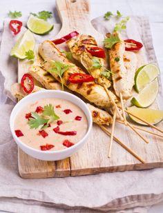 Satay z kurczaka z sosem z orzeszków ziemnych #intermarche #satay Tacos, Mexican, Ethnic Recipes, Food, Essen, Meals, Yemek, Mexicans, Eten