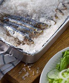 Sardinhas assadas ao sal. Se gosta muito de sardinhas mas não tem forma de as assar na brasa na sua casa, esta receita de sardinhas assadas ao sal no forno foi feita a pensar em si.