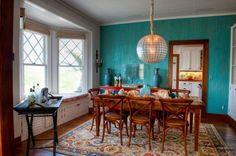 peinture-turquoise-salle-manger-éclectique-table-chaises-bois-tapis-lambris-mural