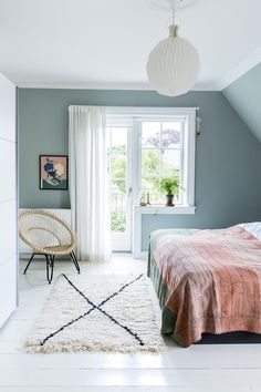 Soveværelse i grøn nuance bedroom Pretty Bedroom, Cozy Bedroom, Dream Bedroom, Bedroom Decor, Peaceful Bedroom, Summer Bedroom, Light Bedroom, Bedroom Balcony, Blue Bedroom
