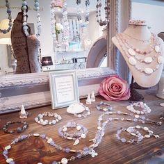 Vue dans la Boutique Stéso Bijoux à Carouge,  Ave Cardinal-Mermillod 22 Swarovski, Creations, Table Decorations, Boutique, Home Decor, Mother Of Pearls, Unique Jewelry, Decoration Home, Room Decor