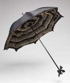 accessory (hat, parasol, shoes, etc.) This is an example of a Parasol from Used as an decorative accessory. This Parasol is adorned with ruffles and a bow. Often used in the summer to keep pale collection and carried during the day. Edwardian Era, Edwardian Fashion, Vintage Fashion, Edwardian Clothing, Victorian Era, Steampunk, Vintage Umbrella, Brollies, Vintage Fans