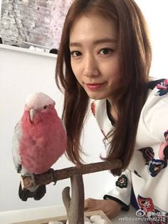 Park Shin Hye acknowledged her Weibo followers with a cheerful message.