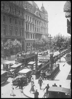 Buenos Aires - Boca del subte alrededor de la decada del 20 del siglo pasado, presuntamente, por q el cartel indica a plaza de mayo o caballito, como si fuese agregado recientemente el de caballito, y por el estilo de autos